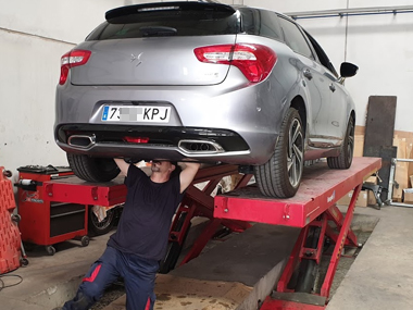 Citroen DS5 on ramp with mechanic underneath